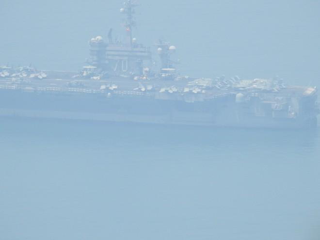 Người dân đội nắng ngắm tàu sân bay USS Carl Vinson đi vào cảng Tiên Sa 1