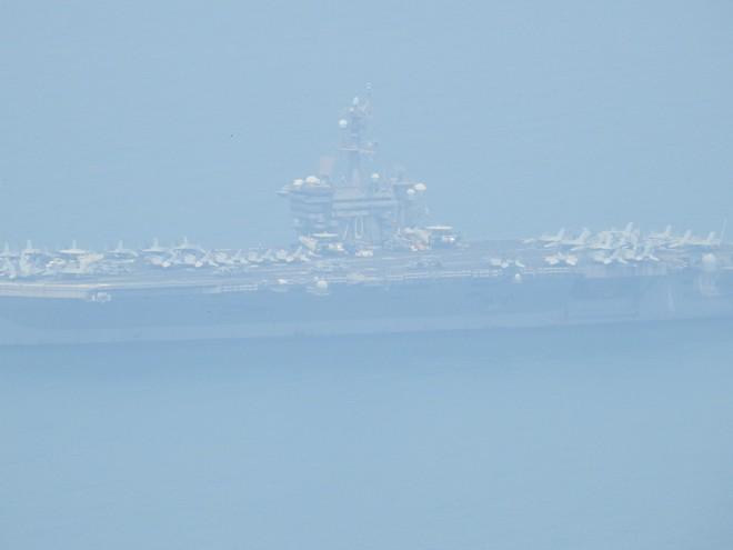 Người dân đội nắng ngắm tàu sân bay USS Carl Vinson đi vào cảng Tiên Sa 2