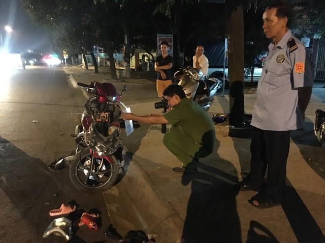 Hai xe máy tông nhau nát bét trong đêm, 4 người nguy kịch - Ảnh 2.