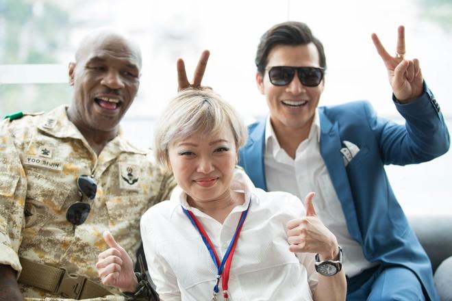 Mike Tyson đội nón lá, mặc áo bà ba bán trái cây ở Việt Nam - Ảnh 10.