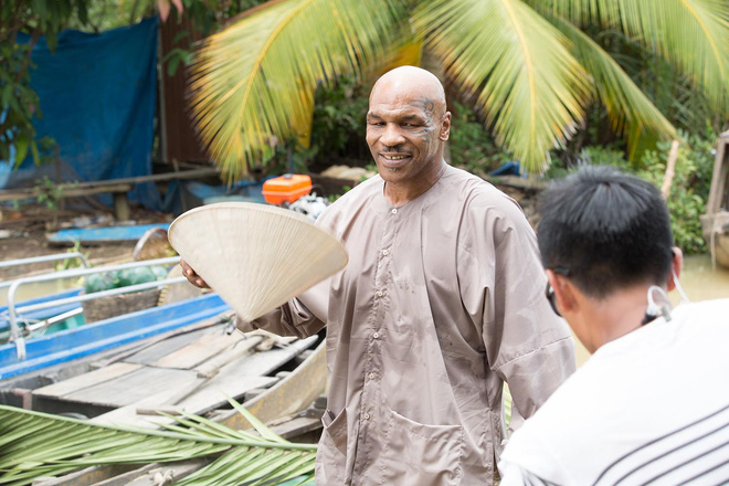 Mike Tyson đội nón lá, mặc áo bà ba bán trái cây ở Việt Nam - Ảnh 4.