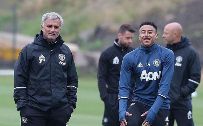 Bị chê bai đủ đường, Mourinho vẫn tấn công kỷ lục của Sir Alex