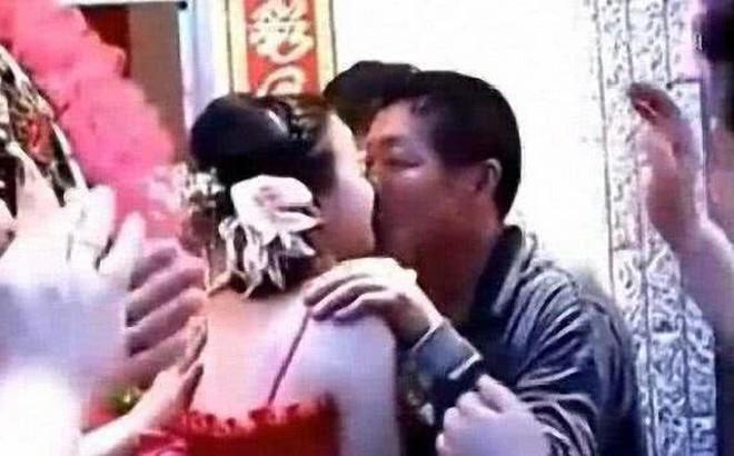 """Bố chồng hôn con dâu, chú rể bị ép khỏa thân... những trò đùa """"lố"""" trong đám cưới ở Trung Quốc"""