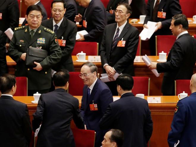 Vương Kỳ Sơn hút sóng Lưỡng hội: Phó Chủ tịch quân ủy giơ tay chào và hồ hởi bắt tay - Ảnh 5.
