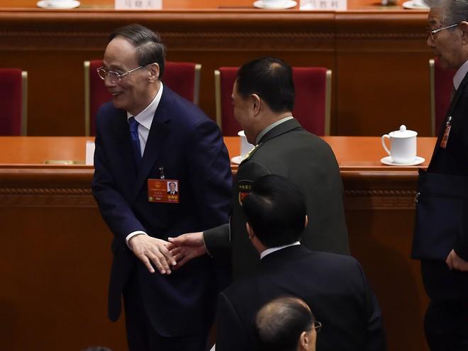 Vương Kỳ Sơn hút sóng Lưỡng hội: Phó Chủ tịch quân ủy giơ tay chào và hồ hởi bắt tay - Ảnh 4.
