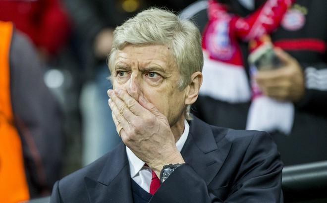 """Trong cơn khủng hoảng, Arsenal đã bị kẻ thù truyền kiếp cho """"ngửi khói"""" lúc nào không hay"""