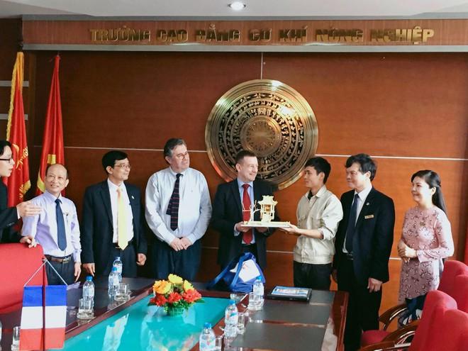 Đại sứ quán Pháp bất ngờ với món quà của chàng trai Vĩnh Phúc - Ảnh 3.