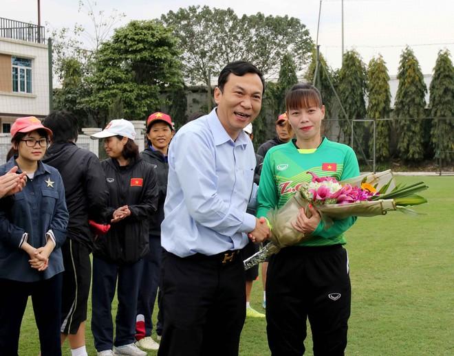 Những cô gái vàng Việt Nam nhận món quà ý nghĩa ngày 8/3 - Ảnh 2.