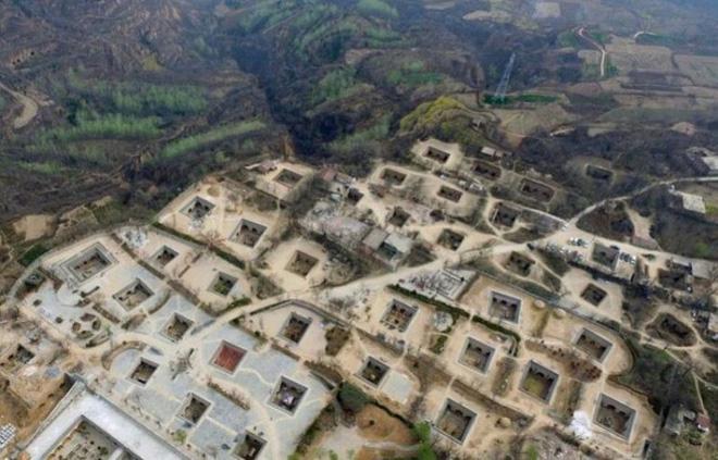 """Ngôi làng """"chuột chũi kỳ lạ, hàng trăm năm nay người dân sống lẩn khuất sâu trong lòng đất - Ảnh 1."""