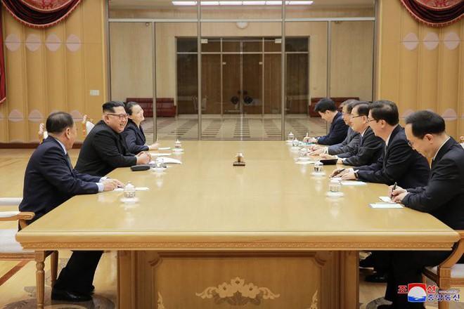 4 giờ đồng hồ và nghệ thuật ngoại giao thân thiện, táo bạo của ông Kim Jong-un - Ảnh 1.