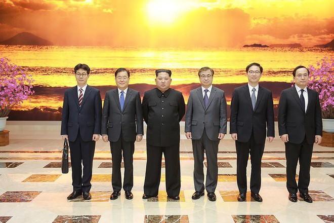 4 giờ đồng hồ và nghệ thuật ngoại giao thân thiện, táo bạo của ông Kim Jong-un - Ảnh 3.