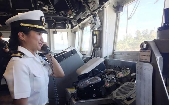 Những bóng hồng trên tàu sân bay Mỹ USS Carl Vinson