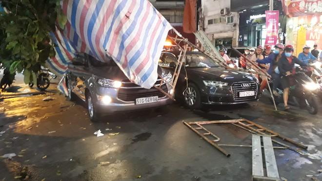 Giàn giáo đổ sập, đè bẹp 2 ô tô, nhiều người thoát chết trong gang tấc - Ảnh 4.