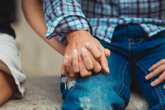 Nghiên cứu: Nắm tay người yêu, bạn đời là cách hiệu quả làm dịu cơn đau thể xác - Ảnh 1.