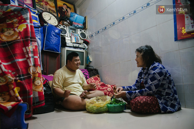 Chuyện má con thằng khờ bán hàng rong ở phố đi bộ Sài Gòn: 19 năm một mình đi tìm nụ cười cho con - Ảnh 2.