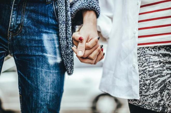 Nghiên cứu: Nắm tay người yêu, bạn đời là cách hiệu quả làm dịu cơn đau thể xác - Ảnh 2.