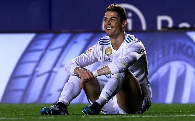"""Ronaldo đã """"dạy"""" tỉ phú của PSG một bài học"""