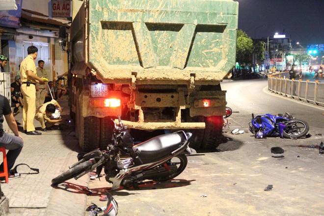 Khởi tố tài xế điều khiển xe ben tông hàng loạt xe máy ở Sài Gòn - Ảnh 1.