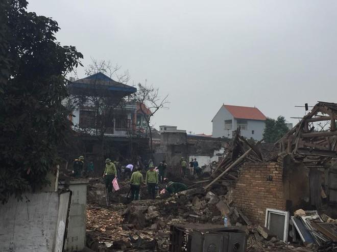 Hiện trường vụ nổ làm 2 người chết, 7 người bị thương, nhiều nhà dân bị tốc mái - Ảnh 3.