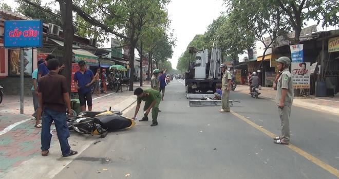 Nữ sinh bị khung sắt nặng gần 100 kg rơi trúng khi đang đi trên đường ở Sài Gòn - Ảnh 1.
