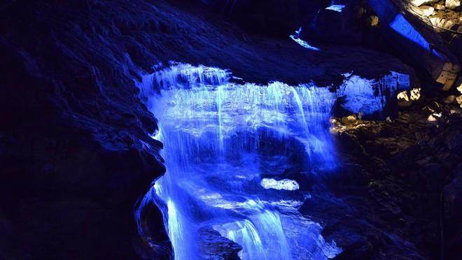 Khung cảnh bí ẩn và hoang sơ bên trong hang động. Ảnh: Xinhua