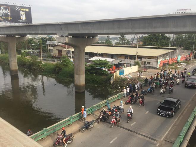 Bị đuổi học, sinh viên 24 tuổi nhảy xuống sông Sài Gòn tự tử - Ảnh 1.