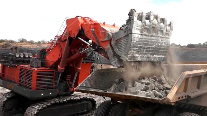 Hitachi Ex8000 - Cỗ máy khổng lồ, một gầu xúc đã ngang 6 xe tải 11 tấn - Ảnh 3.