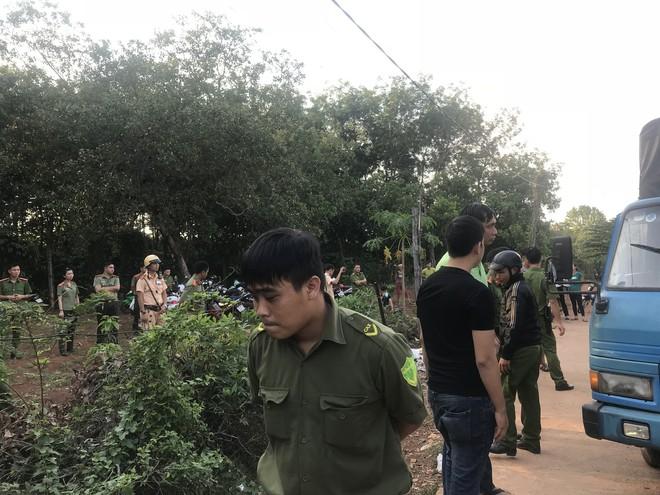 Người dân tiếp tục vây kho điều tiền tỷ, 20 công an đứng ngoài bảo vệ - Ảnh 4.