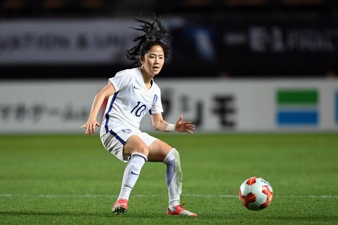 Nữ sát thủ xinh đẹp này có thể phá nát giấc mơ World Cup của tuyển Việt Nam - Ảnh 13.