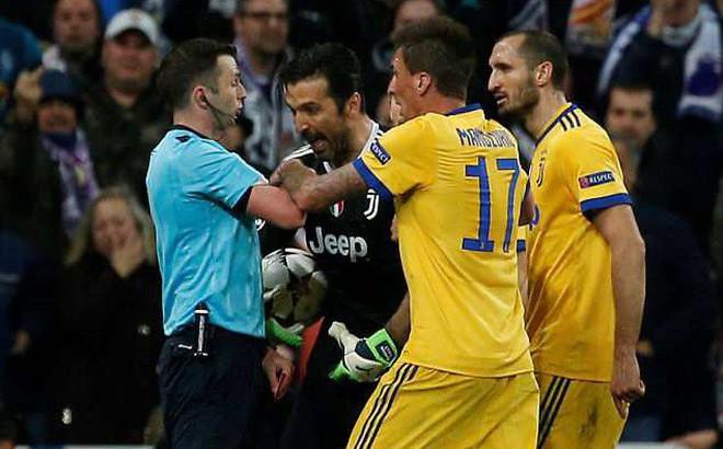 """Thua bởi quả penalty ở phút 90+7, Buffon thẳng thừng mắng trọng tài là """"rác rưởi"""""""