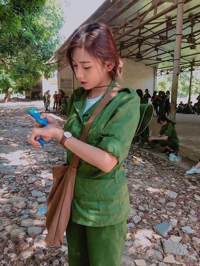 Nữ sinh ĐH Kinh Tế được mệnh danh là hot girl quân sự vì thoa kem chống nắng thôi cũng thần thái - Ảnh 1.
