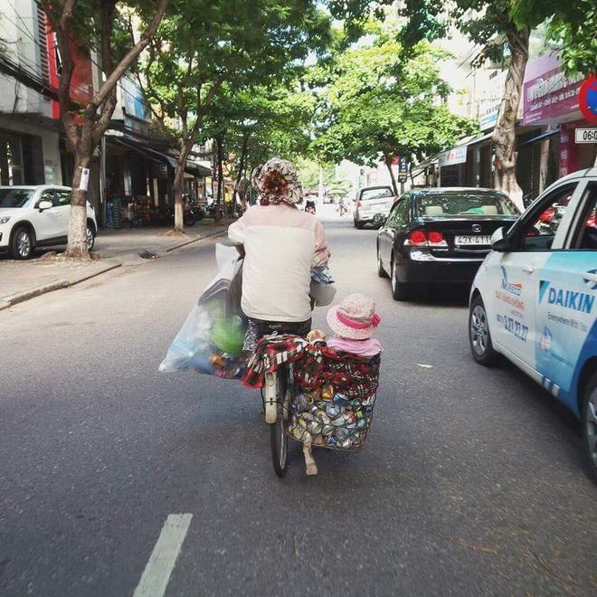 Sáng thứ 7, hình ảnh hai mẹ con trên phố khiến bao người mủi lòng - Ảnh 1.