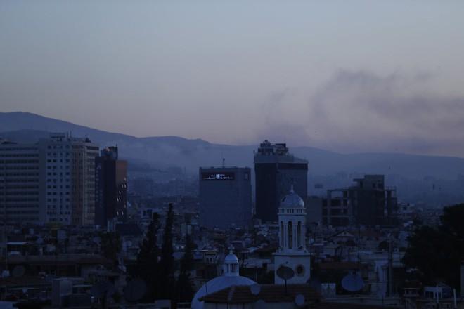 Nổ lớn trên bầu trời Syria, những hình ảnh về cuộc tấn công của liên minh Mỹ-Anh-Pháp - Ảnh 6.