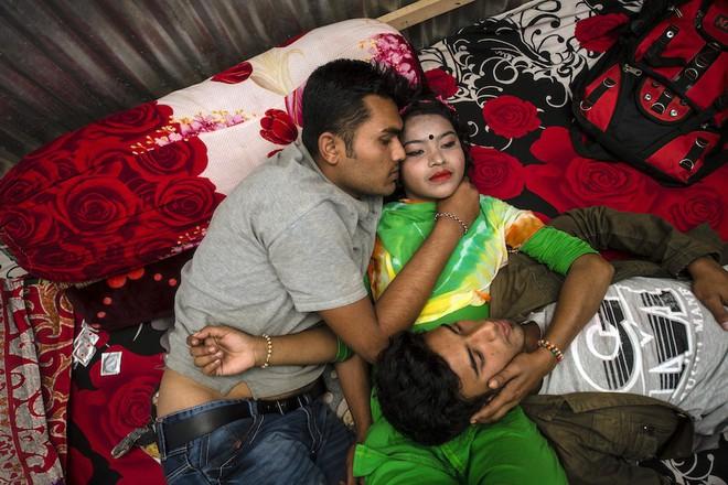 Papia, 18 tuổi, với hai khách hàng trên giường trong nhà thổ Kandapara. Bố mẹ cô chết sớm, cô bé lấy chồng từ khi còn khá nhỏ. Cô và chồng buôn bán heroin cho đến khi bị đưa vào tù, sau đó bị một người phụ nữ lừa bán vào nhà thổ này. Papia nói rằng, không đầu bằng trong tù vì ở đó cô không bị đánh đập.