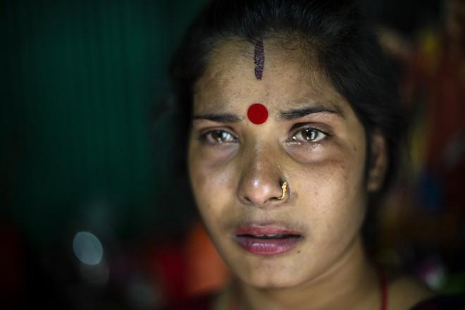 Dipa, 26 tuổi, vừa hay biết mình đang có bầu 1 tháng. Trong khoảng thời gian sắp tới cô thực sự không biết rằng mình sẽ xoay sở để sống sót như thế nào khi không thể hành nghề.