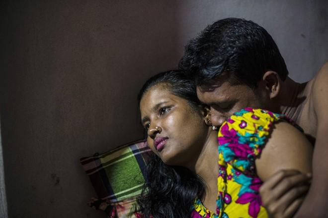 Meghla, 23 tuổi, với một khách hàng trong nhà thổ Kandapara ở Tangail. Cô bắt đầu làm việc cho một nhà máy may mặc khi mới 12 tuổi. Ở đó, cô gặp một người đàn ông đã hứa cho mình một công việc tốt hơn và được trả nhiều tiền hơn. Cô bé sau đó bị bán vào nhà chứa.