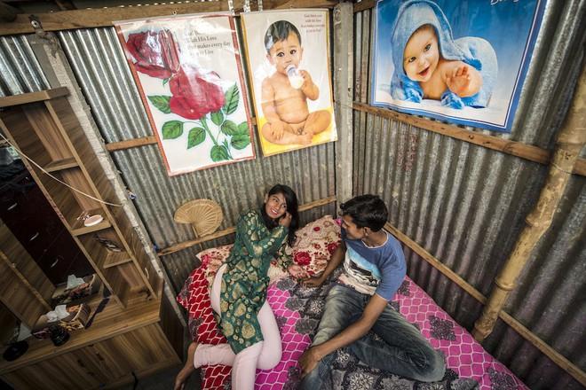 Asma, 14 tuổi, đang ở cùng một khách hàng. Cô được sinh ra ngay trong chính nhà thổ Kandapara ở Tangail.