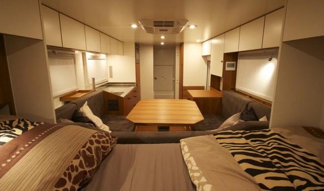 Bất ngờ với chiếc xe tải hầm hố có nội thất không khác gì khách sạn hạng sang - Ảnh 6.