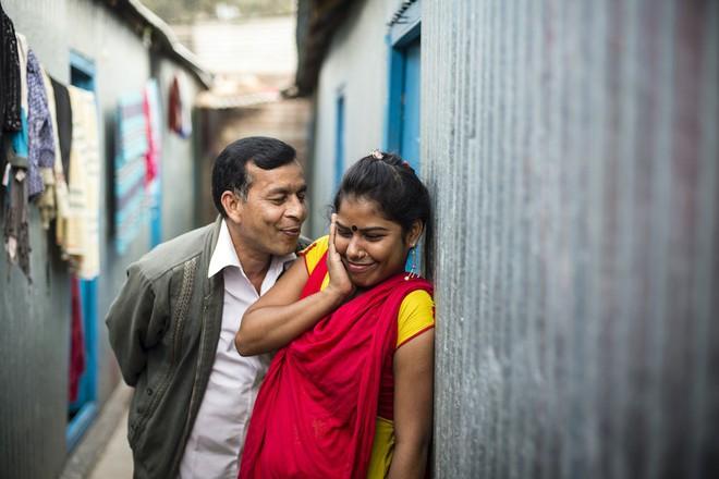 Một khách hàng cố gắng hôn lên má cô bé Priya, 19 tuổi. Priya đã vào nghề từ năm 17 tuổi - 2 năm trước.