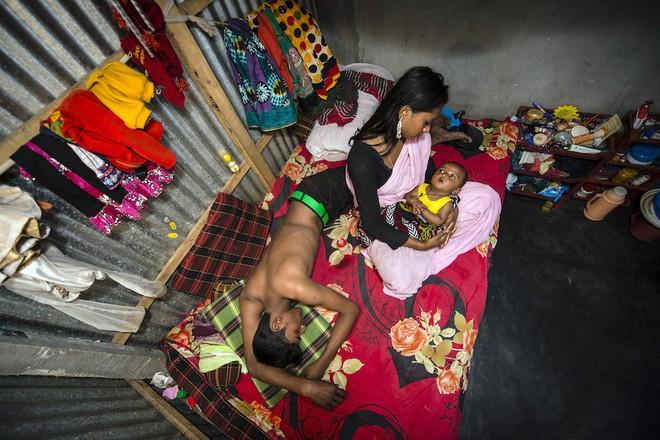 Kajol cùng con gái 6 tháng tuổi và một khách hàng ở trên giường. Kajol thậm chí còn không biết tuổi thực của mình, chỉ ước lượng rằng cô 17 tuổi. Kajol kết hôn năm 9 tuổi, sau đó bị bán cho nhà thổ Kandapara. 2 tuần sau khi sinh, cô đã bị ép đi khách trở lại.