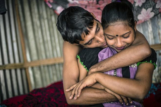 Sumaiya, 17 tuổi, chụp ảnh cùng bạn trai cũng như khách hàng thân quen Titu, 23 tuổi. Anh chàng này đến từ Shaka và thăm cô mỗi tuần một lần.