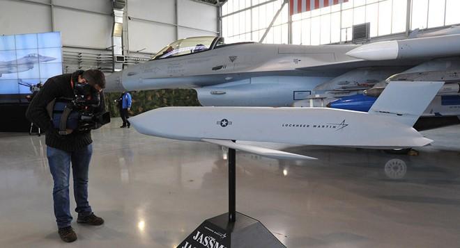 Tiếp sức Tomahawk tấn công Syria, lần đầu tiên siêu tên lửa sát thủ mới của Mỹ gầm thét - Ảnh 2.