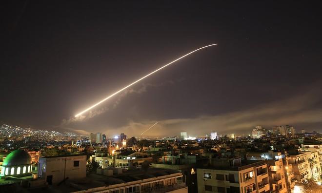 7 ngày qua ảnh: Tên lửa phòng không thắp sáng bầu trời thủ đô Syria - Ảnh 5.