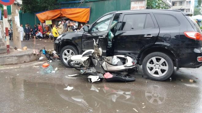Ô tô tông liên hoàn ở cổng sau BV Bạch Mai: Cô gái tử vong khi đi mua cơm cho mẹ và em - Ảnh 1.