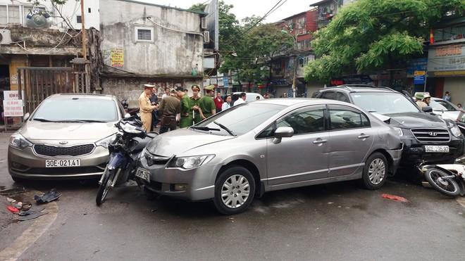 Ô tô tông liên hoàn ở cổng sau BV Bạch Mai: Cô gái tử vong khi đi mua cơm cho mẹ và em - Ảnh 2.
