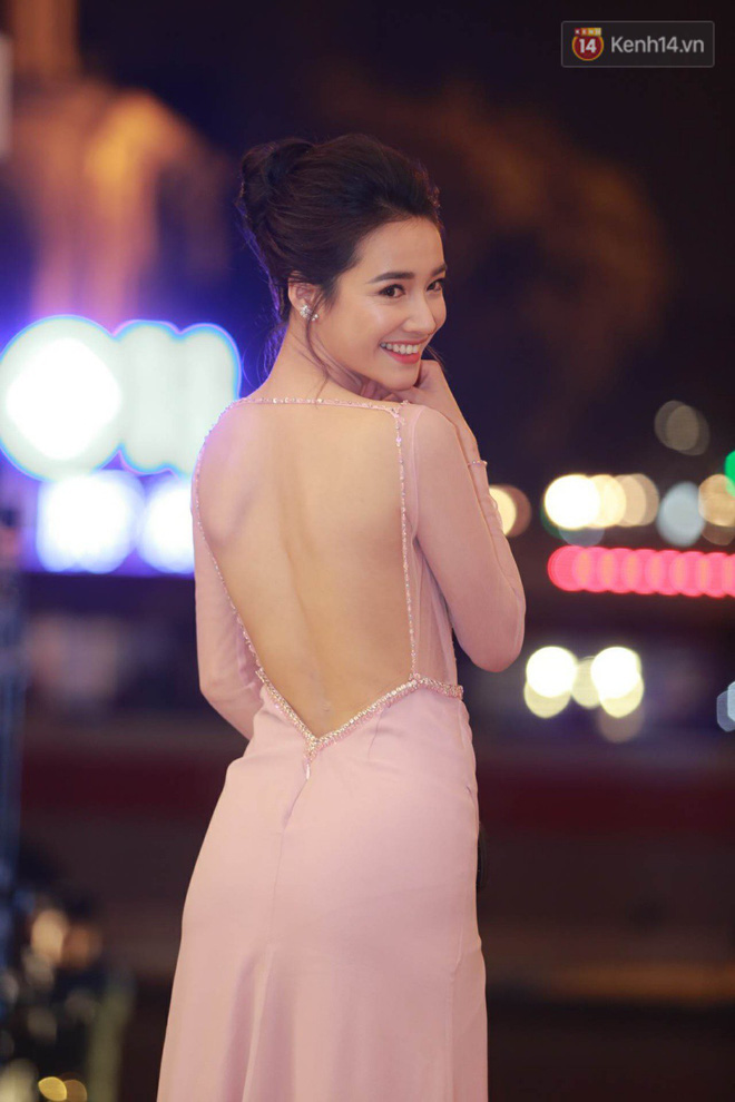 Nhã Phương khoe lưng trần gợi cảm cùng dàn sao Việt đổ bộ thảm đỏ Cánh diều vàng 2017 - Ảnh 2.