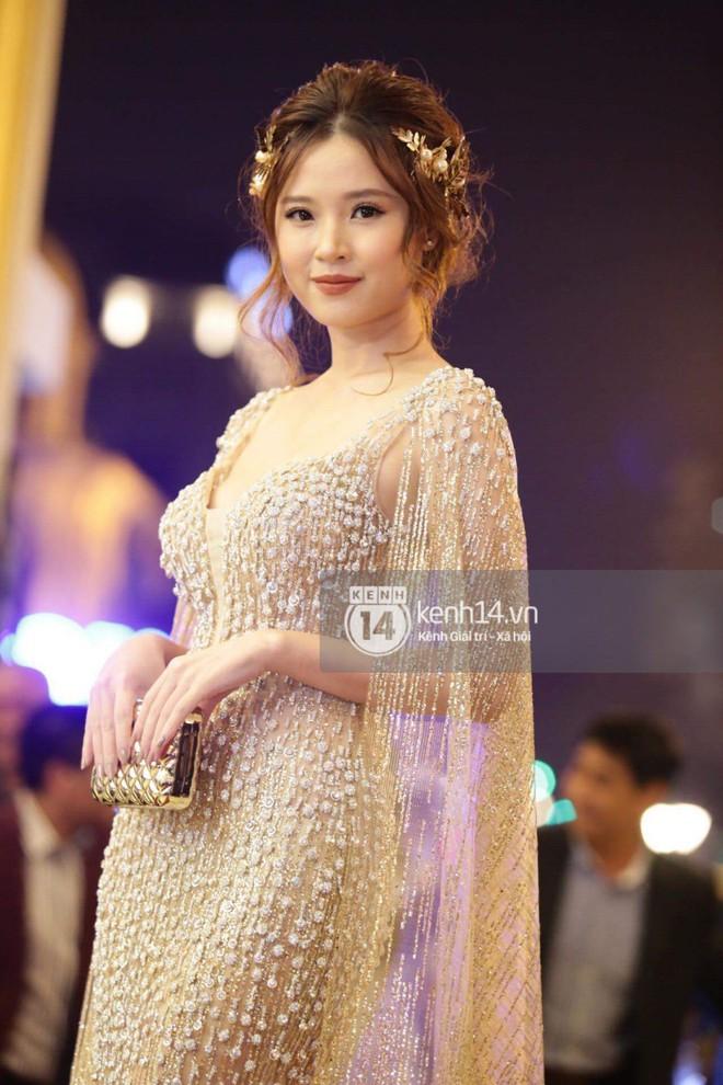 Diện váy áo rườm rà, Midu bối rồi vì vấp té tại thảm đỏ Cánh diều vàng 2017 - Ảnh 4.