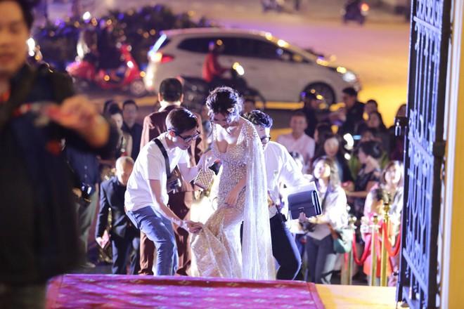 Nhã Phương khoe lưng trần gợi cảm cùng dàn sao Việt đổ bộ thảm đỏ Cánh diều vàng 2017 - Ảnh 5.