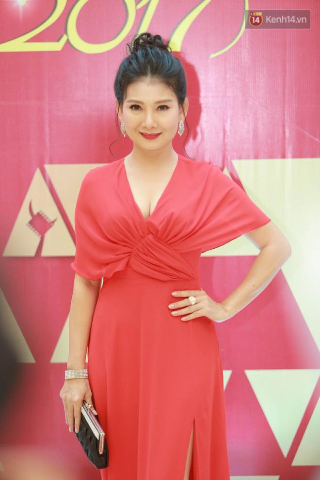 Nhã Phương khoe lưng trần gợi cảm cùng dàn sao Việt đổ bộ thảm đỏ Cánh diều vàng 2017 - Ảnh 6.