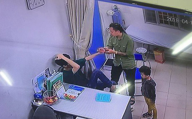 Video cận cảnh: Đưa con đi cấp cứu, bố đấm liên tiếp giữa mặt bác sĩ